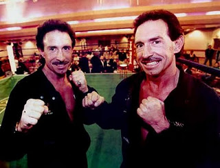 Gêmeos idênticos que foram criados separados tiveram vidas idênticas e mortes também
