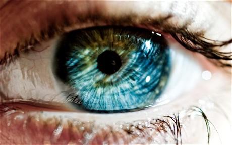 Já é possível mudar a cor dos olhos com cirurgia