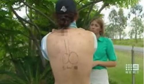 Jovem pega 1 ano de prisão por tatuar pênis nas costas de seu amigo