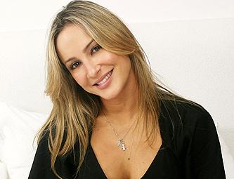 Claudia Leitte esquece webcam ligada e mostra intimidade