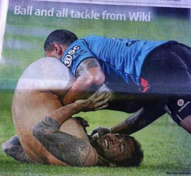 Preparador físico se deu mal ao tentar capturar invasor pelado durante jogo de rúgbi