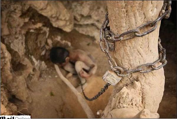 Acorrentado pelo pai, jovem com problemas mentais vive acorrentado em caverna(1)