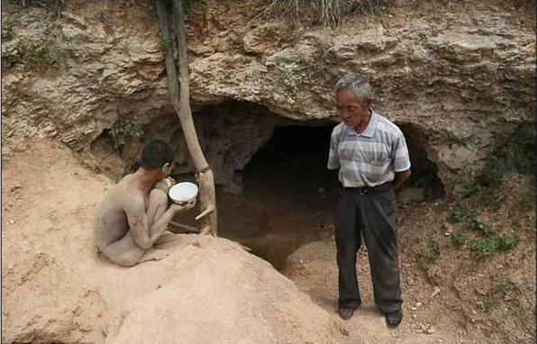 Acorrentado pelo pai, jovem com problemas mentais vive acorrentado em caverna(2)