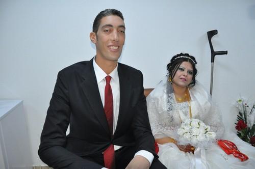 Se casa o homem mais alto do mundo com mulher 77cm mais baixa