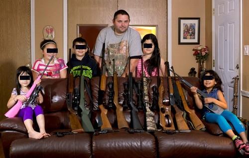 Para proteger a família, americano ensina seus filhos a atirarem com rifles