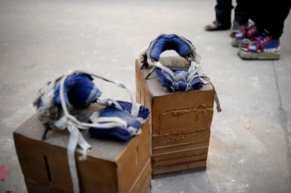Chinês diz que curou dores nas costas usando sapatos de 400kg-1