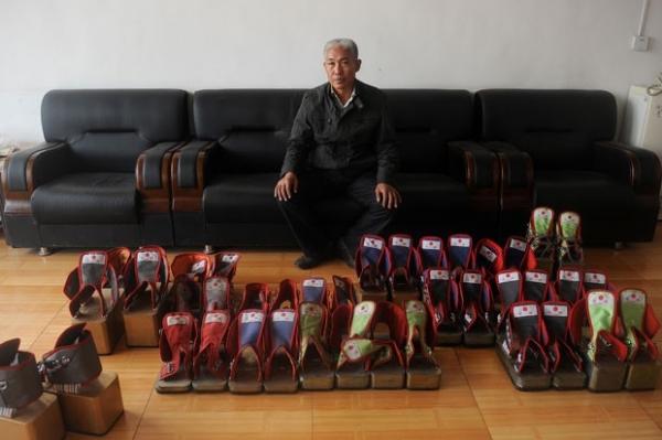 Chinês diz que curou dores nas costas usando sapatos de 400kg-2