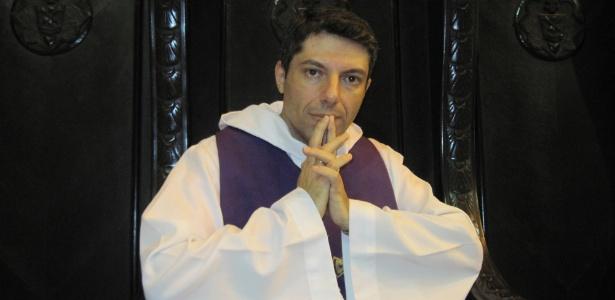 Mulher roubou o iphone 5 de um padre depois de se confessar com ele