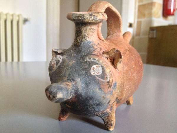 Esta é uma mamadeira de 2.400 anos de idade