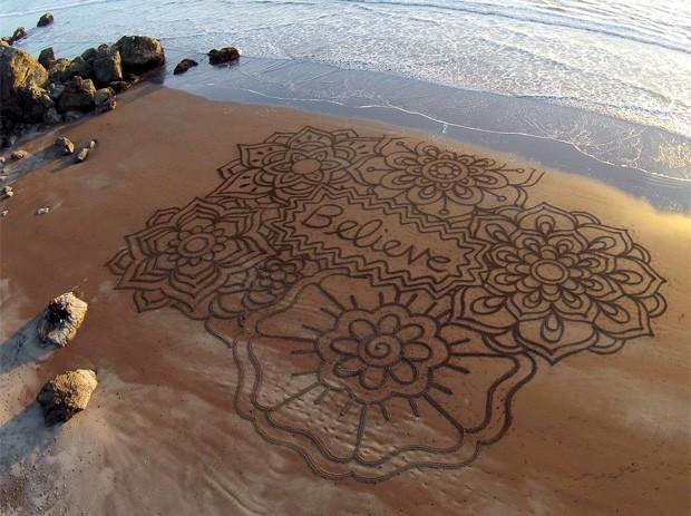 Americano faz sucesso com incríveis desenhos feitos em praia nos EUA