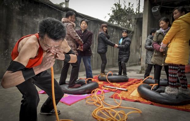Chinês com pulmões de aço enche pneus usando apenas o nariz