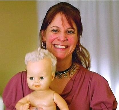 Mulher afirma que boneca é sua alma gêmea e a trata como filha há 8 anos