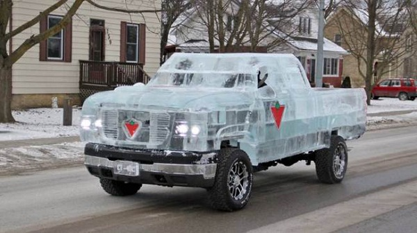 Artistas criam caminhão feito de gelo