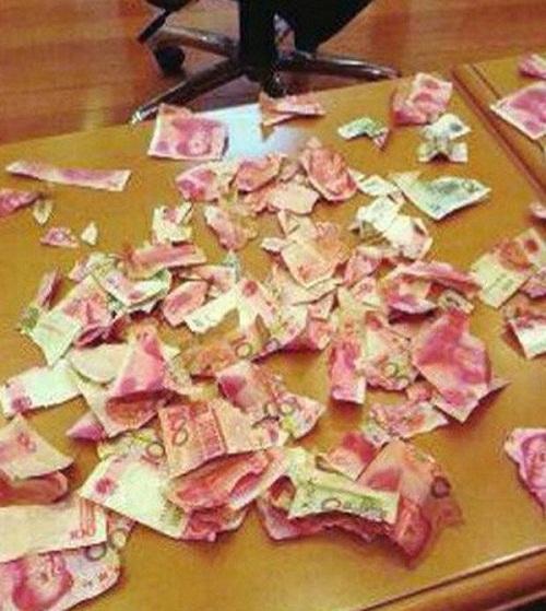 Garoto de 4 anos rasga todo dinheiro que seus pais guardavam debaixo da cama