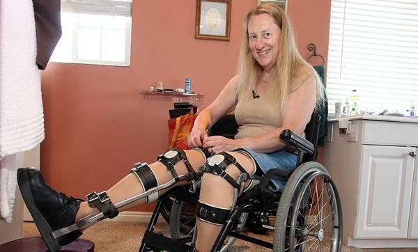 Mulher saudável vive na cadeira de rodas como uma paraplégica e sonha em se tornar uma
