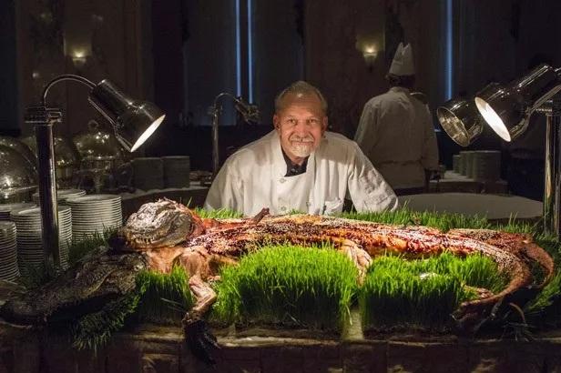 Jantar exótico que inclui jacaré, escorpião e baratas no espeto
