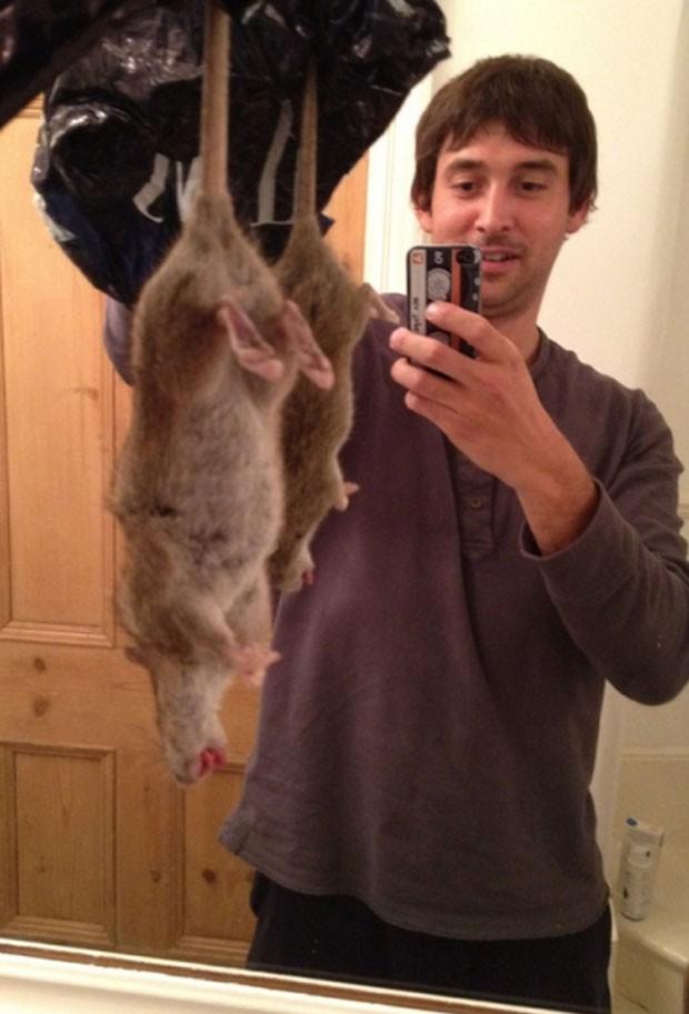 Após matar 'rato mutante' britânico faz selfie e posta nas redes sociais