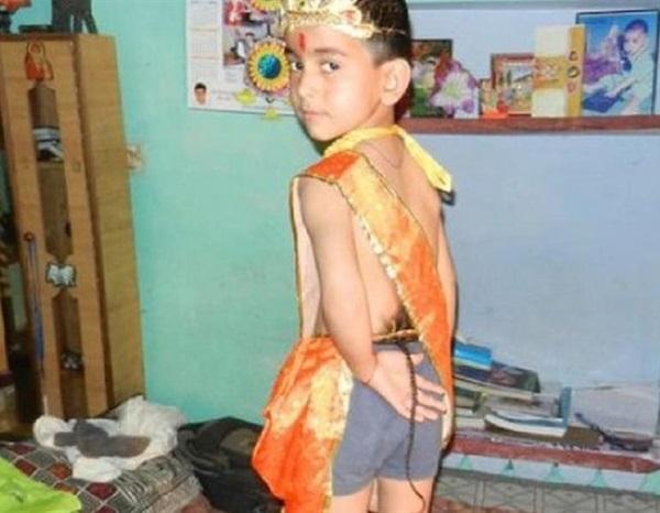 Com cauda de 30 cm menino é adorado como Deus na Índia