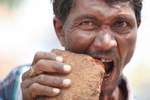 Indiano come três quilos de pedras, tijolos e lama por dia