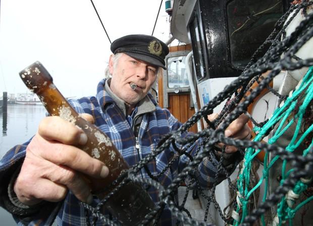 Mensagem de 101 anos é achada em garrafa por pescadores na Alemanha