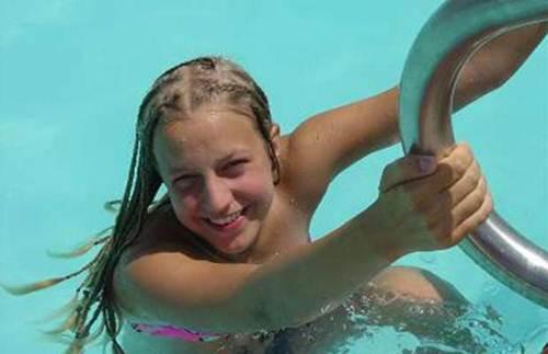 Menina fica grávida depois de um mergulho na piscina