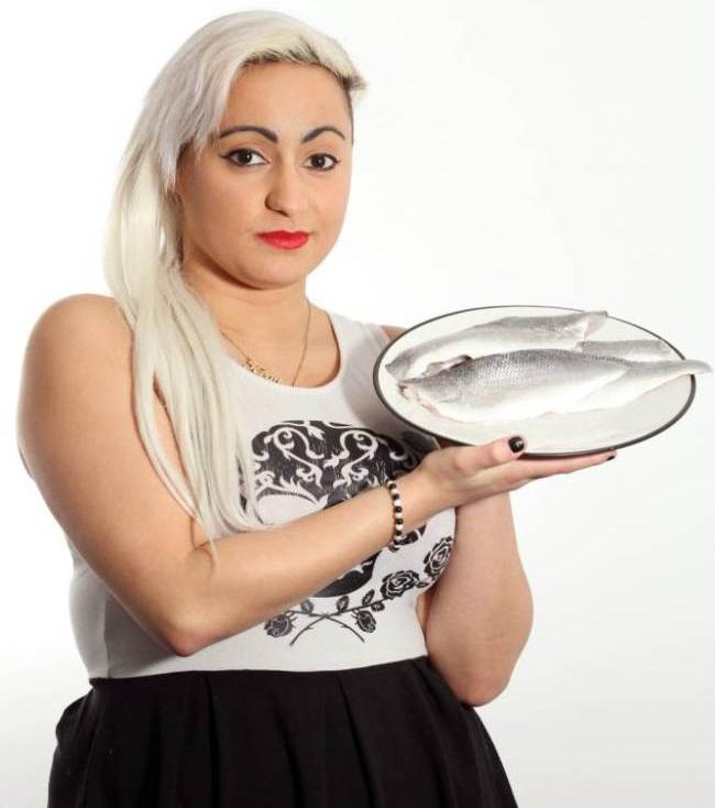 Cantora sofre de doença rara que a deixa com cheiro de peixe podre