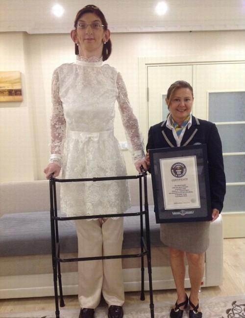 Com 2,13 metros adolescente turca é a mais alta do mundo