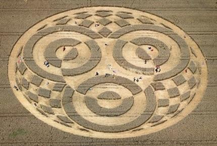 Misteriosos círculos em plantação de trigo atraem milhares de curiosos a fazenda