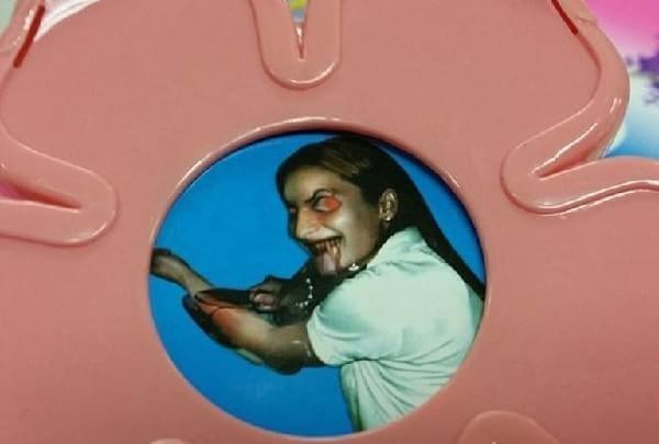 Bizarro: Imagem diabólica é encontrada dentro de um brinquedo