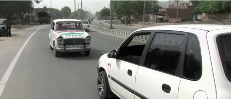Taxista indiano só dirige de ré a 11 anos e tem autorização para isso