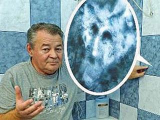 Família toma banho na pia da cozinha , com medo de imagem em azulejo do banheiro