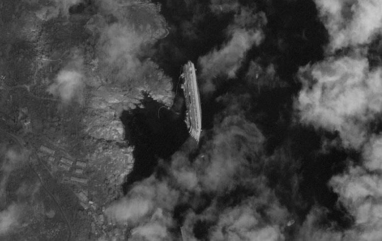 Imagem de satélite do navio Costa Concordia que naufragou