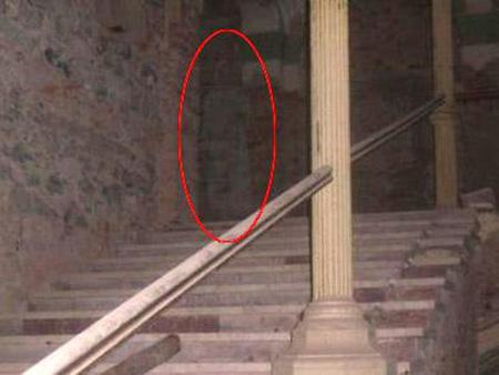 Guarda de hotel chuta rosto de mulher ao pensar que ela era um fantasma