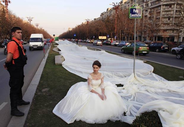 Noiva bate recorde com cauda de vestido de 2.750 metros