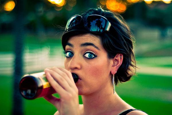 Estudos dizem que pessoas com olhos claros tem mais chances de virarem alcoólatras