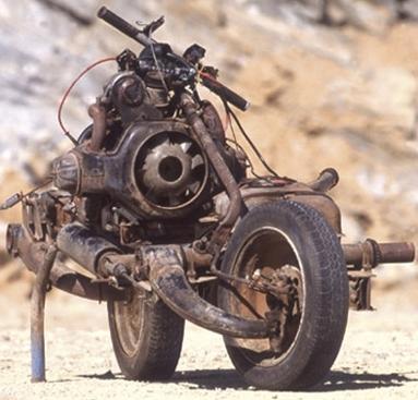 Inacreditável, homem perdido no deserto constrói moto com peças de carro quebrado
