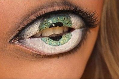 Maquiagem fantástica transforma boca em olho