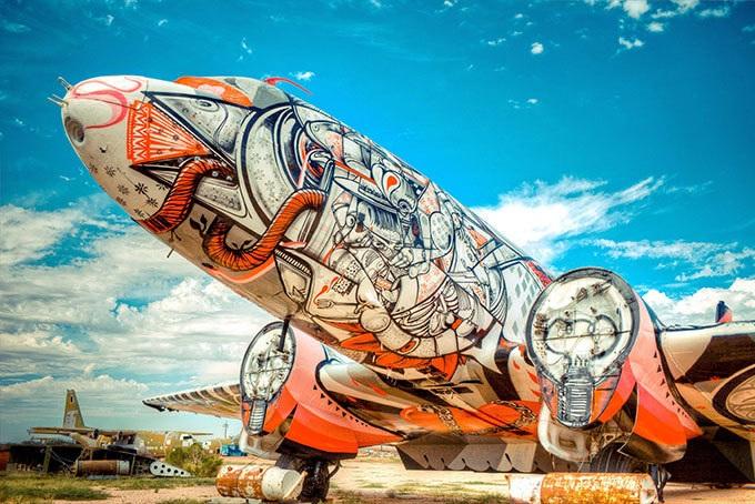 Antigos aviões de guerra viram obras de arte em museu ao ar livre