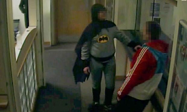 Batman entrega criminoso à polícia na Inglaterra
