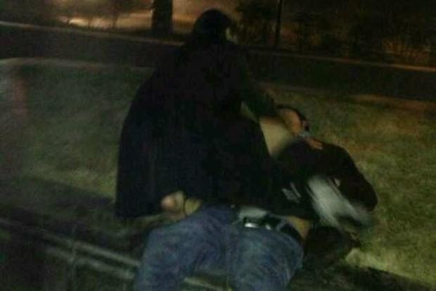 Chinesa encontra bêbado caído em calçada e faz sexo com ele